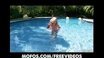 rolls blonde pool Big size bootie